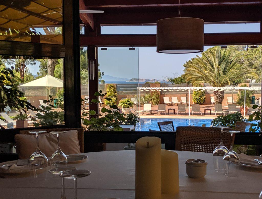 Todo nuestro apoyo y el deseo que estéis bien desde Hotel Restaurant Sa punta vista desde el comedor a las Illes Medes.